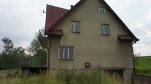 Rozpadający się Dom Strażaka, dawny ośrodek oazowy. (zdjęcie z 2011r.)